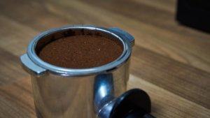 Fertiges Ergebnis - Kaffeepulver im Siebträger verdichtet