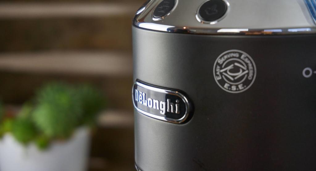 Der De'Longhi Schriftzug auf der Front der Kaffeemaschine
