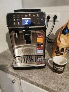 Die Grundreinigung des Philips Serie 5400 Kaffeevollautomat EP5447/90 erfolgt automatisch